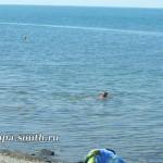 Теплая вода в море возле пляжа в Анапе