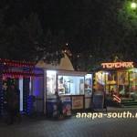 Ночная Анапа: торговый киоск и аттракцион «Теремок»