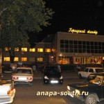Городской театр ночью